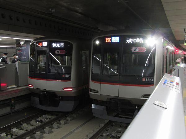 副都心線渋谷駅に停車中の「和光市行き」と「元町・中華街行き」の東急5050系