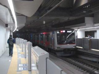 横浜方から5番線に進入する東横線の列車