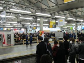 東横線渋谷駅のホームは車止め付近に報道関係者が集結し、ホーム先端には多数の警備員が配置された。