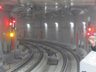 4・5番線横浜方の信号設備。黄色は列車種別、橙はホームドア開閉状況、赤は入換信号機。