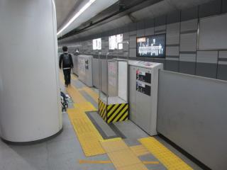 ホーム中央に新設された駅員用の監視台