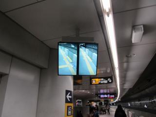 監視台直近に新設されたモニター。横浜方のホームの状況を表示する。
