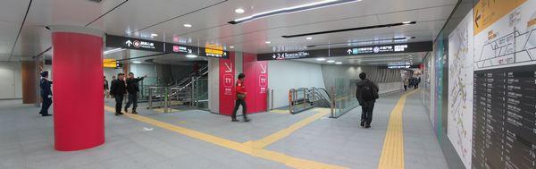 渋谷ヒカリエ2改札口開設に合わせて拡張された地下4階コンコース。右に進むと既存の半蔵門線乗り換え通路に通じる
