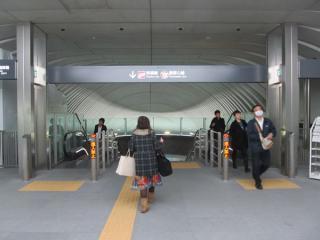 渋谷ヒカリエ2改札口から地下4階に降りる階段・エスカレータ。