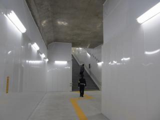 完成しているのは駅寄りの100m程度で、その先はコンクリート剥き出しの仮設構造となっている。