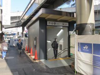 地上出入口の建屋も今後の移動に備え、仮設構造となっている。