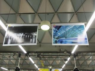ホーム頭上には鉄道写真家・中井精也氏が撮影した渋谷駅の写真が掲げられた。
