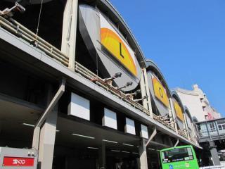 一夜明け、駅入口看板が白く塗り潰された東横線渋谷地上駅