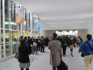 渋谷ヒカリエ連絡橋まで伸びた「さよなら東横線渋谷駅無効印」押印待ちの列。