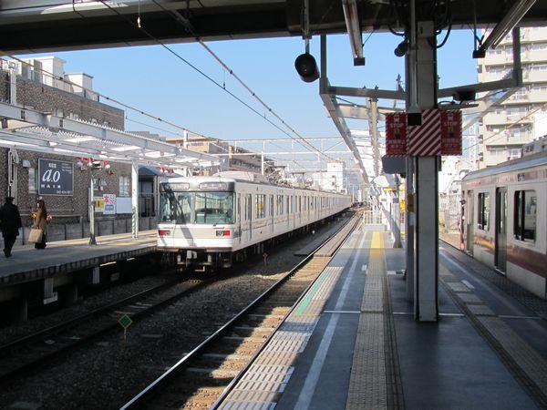 ホーム延長が進む菊名駅。副都心線と入れ替わりで直通運転が廃止される日比谷線03系が発車。