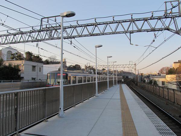 照明器具が取り付けられた多摩川駅。車掌用モニターは未設置。