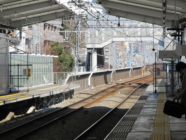 綱島駅の延長部分のホーム。側壁の頂部に照明器具が取り付けられた。
