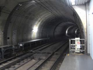 新高島駅の渋谷側。線路とシールドトンネルの壁との間のわずかな空間にホームを造っている。