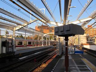 渋谷側の目黒川橋梁上の部分はホーム土台が完成し、屋根の取り付け中。