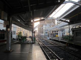 横浜側は屋根板の取り付けが完了。