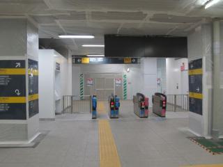 横浜寄りの高架下に新設された改札口