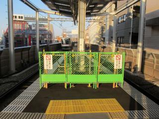 床面の点字ブロックの貼り付けが完了したホーム渋谷方。