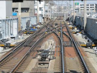 菊名駅の渋谷方の本線上に設置された10両編成折り返し用のシーサスクロッシング。