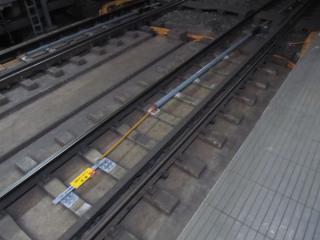 横浜方線路上にはシールドトンネル補強工事のためワイヤー式変位計が設置された。