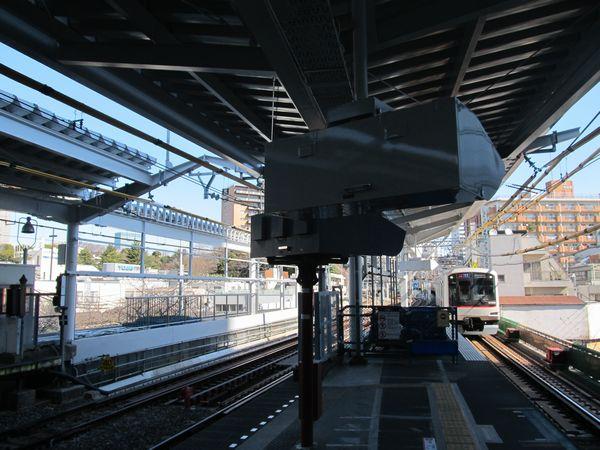 屋根の設置がほぼ完了した中目黒駅渋谷方。車掌用ITVは屋根から吊り下げる形に変更された。