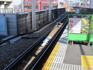 学芸大学駅渋谷方の線路に新設された大型地上子(手前)。奥の小型の地上子は既設のATC-P用。