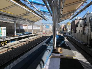 自由が丘駅の渋谷方。膜屋根の設置がほぼ完了した。