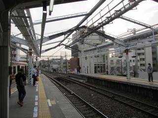 横浜方も新たに屋根の設置工事が始まった。