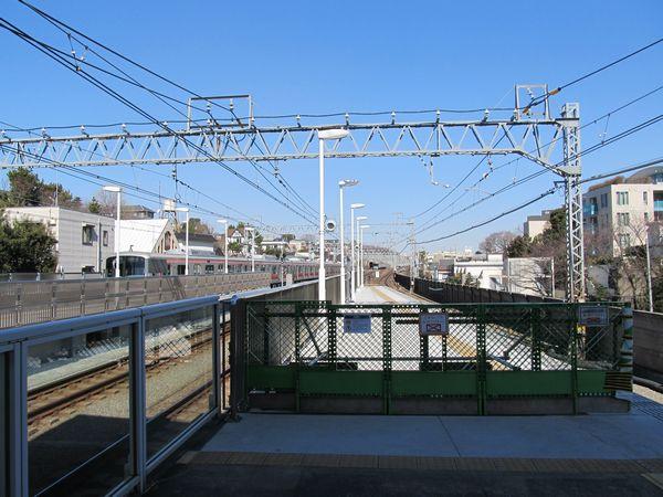 多摩川駅渋谷方の延長部分。放送用スピーカーや駅名標が取り付けられた。