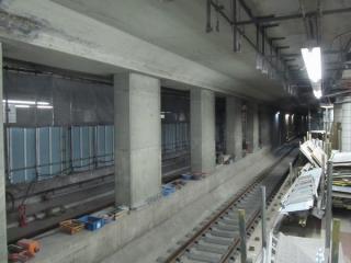 内側2線は軌道敷設がほぼ完了し、架線や信号設備の整備が進められている。