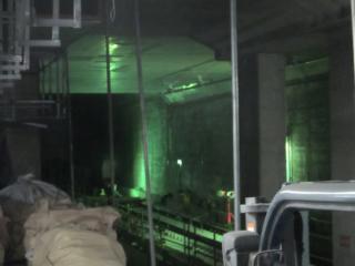 内側2線の終端部分は壁が撤去され、奥まで軌道が敷設されている。