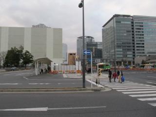 豊洲駅地上のバスターミナルと晴海通り。晴海通りは地下の掘削のため作業帯が設けられている。