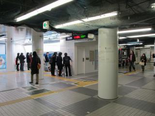 改札口左側に移設された券売機