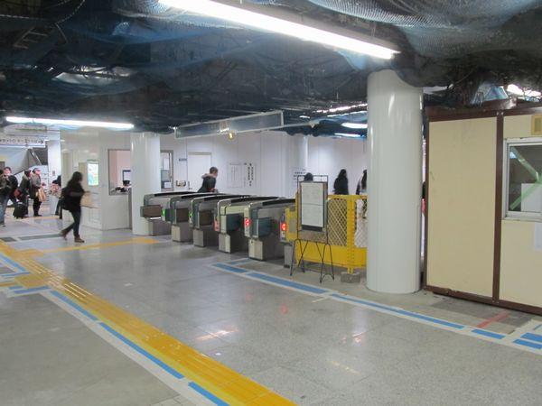 地下1階新木場寄りの改札口。床面など内装の改修が進んでいる。