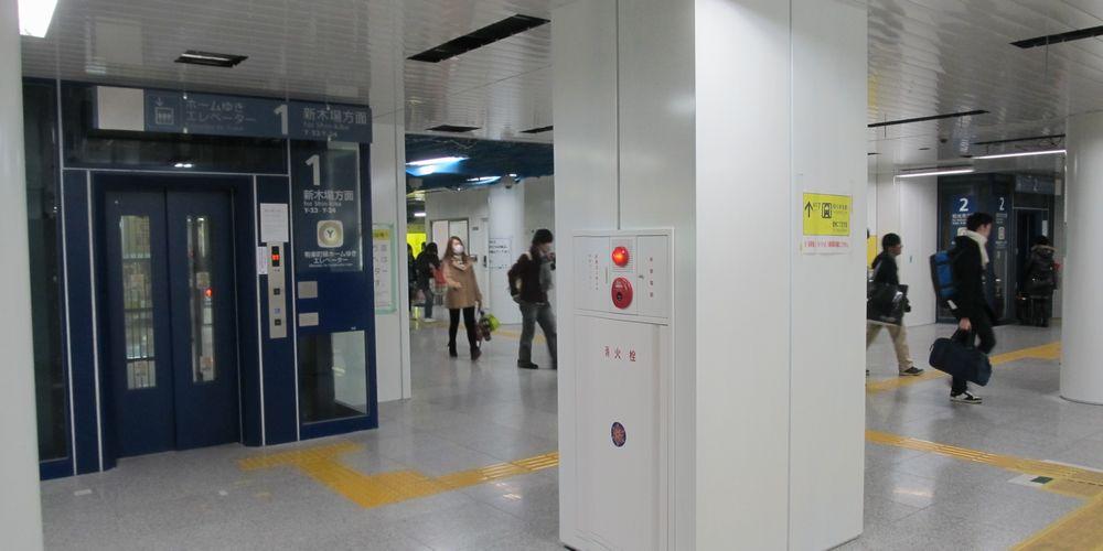 移設が完了した改札口~ホームのエレベータ。天井は照明や空調のルーバーが未完成。