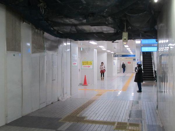完成部分が拡大した地下2階改札内コンコース