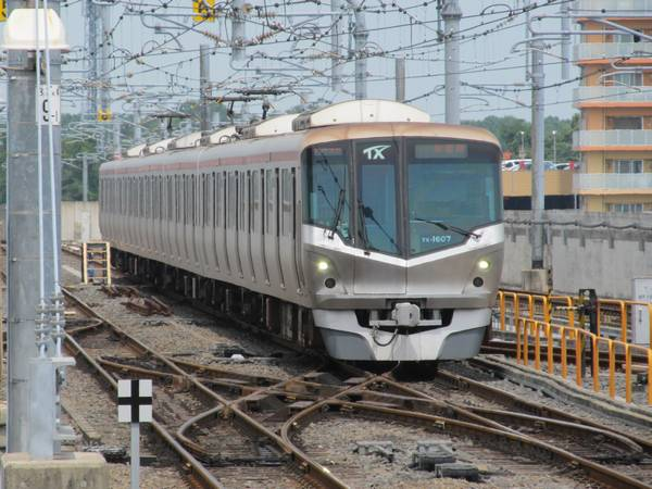 総合車両基地から守谷駅3番線に進入するTX-1000系