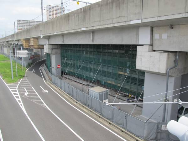 桁の増設部分の真下の橋脚。柱が鋼板巻きにより補強されている。