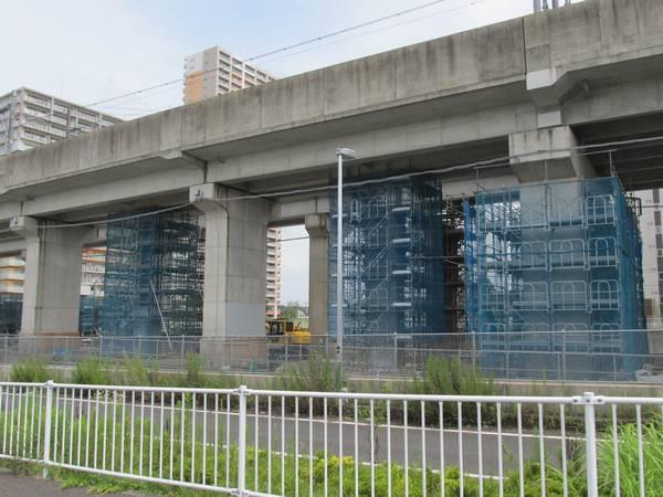 守谷駅のつくば方で行われている入出庫線複線化用の橋脚の新設工事。