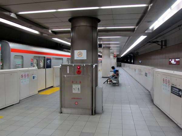 ホーム両端が2両分ずつ延伸され、上下線で停止位置が変更された南流山駅。
