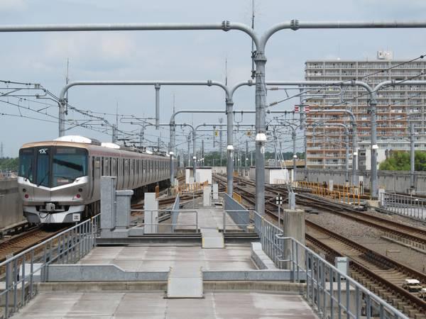守谷駅のホーム端からつくば方面を見る。手前は将来の8両化に備えたホーム延伸スペース。