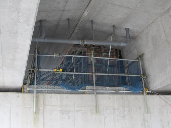 桁の増設・補強部分を高架下から見たところ。コンクリートを流し込む木枠が設置されている。