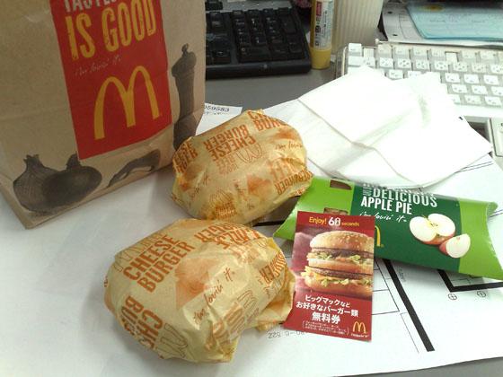 チーズバーガー二個とホットアップルパイ一個