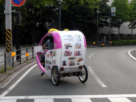 横浜散歩で。道を走る三輪車