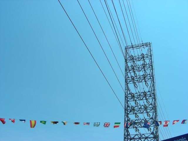鉄塔と万国旗