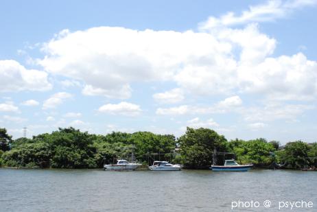 空と雲と三艘のボート。