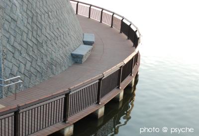 水辺のベンチ