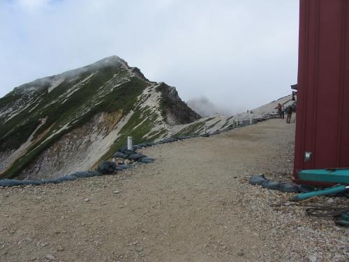 7今日はここまで13時5分前に到着、頂上山荘 後が2694mの唐松岳ピーク (500x375)