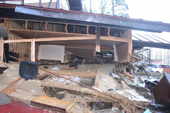 白馬大地震の我が家の状態 4 左に見える白いベットの寝ていて、何とか脱出できました (550x367)