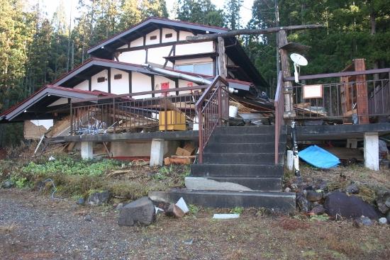白馬大地震の我が家の状態5 一階がぺしゃーーー (550x367)