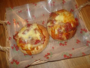 トマトとモッツァレラのピザパン